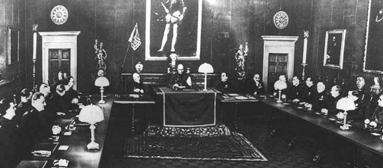 24 de Julio de 1943 El Gran Consejo Fascista italiano aprueba la retirada de Benito Mussolini y solicita que el poder vuelva a la Corona